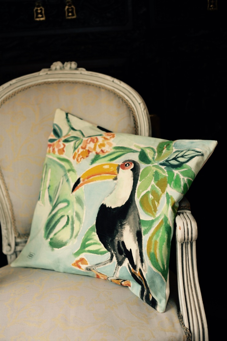 #toucan#illustrationcoussin #artisanat #metiersdart #madeinnantes #drapsanciens #illustrationtextile #marionpeetersillustration #peintmain #botanique #faitmain #artisanatlocal #decoresponsable #upcycling #creationunique #slowdesign