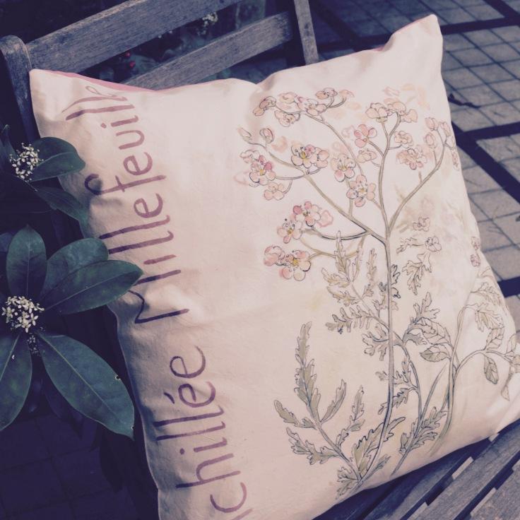 """""""Achillée millefeuille"""" - 65x65cm - dessus coton métis (50% coton/ 50%lin) dessous coton percale vieux rose - 55€ (coussin non fourni)"""