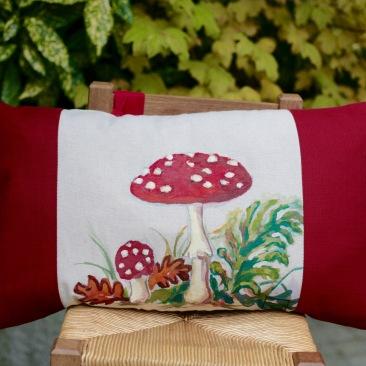 """""""Amanite tue mouche"""" 40x65cm - dessus coton écru (50% coton/ 50%lin) dessous coton texturé rouge bordeaux - 48€ (coussin non fourni)"""