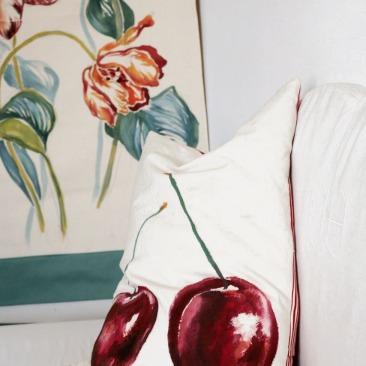 """""""Cerise griotte"""" 40x65cm - dessus coton écru - dessous rayures matelas rouge et écru - 48€ (coussin non fourni)"""