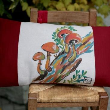 """""""Pleurote des écorces"""" 40x65cm - dessus coton écru (50% coton/ 50%lin) dessous coton texturé rouge bordeaux - 48€ (coussin non fourni)"""