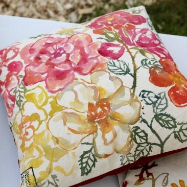 """""""roses anciennes"""" - 40x40cm - coton métis (50% coton/ 50%lin) - dos en coton rouge - 45€ (coussin non fourni)"""
