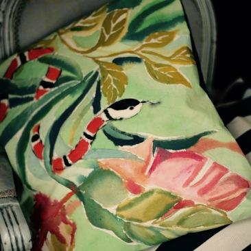 """""""serpent corail"""" - 40x40cm - dessus coton métis (50% coton/ 50%lin) dessous piqué de coton rayé vert foncé/blanc - 45€ (coussin non fourni)"""